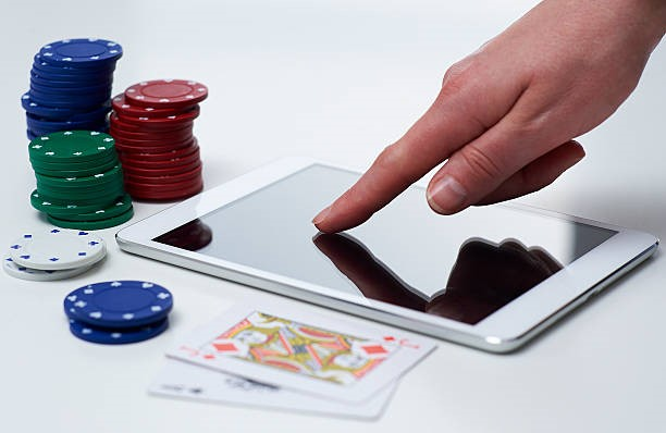 Advantages of Playing Live Online Casino Games